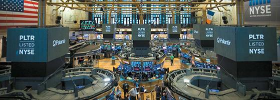 지난해 미국 증시에 상장한 스팩의 자금조달 규모는 832억 달러로 사상 최고액을 기록했다. 사진은 뉴욕증권거래소 내부 모습. [EPA=연합뉴스]