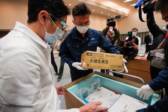 일본에서 코로나19 백신 접종 시작을 하루 앞둔 16일 도쿄의 한 병원 관계자가 수령한 백신의 온도를 점검하고 있다. AFP=연합뉴스