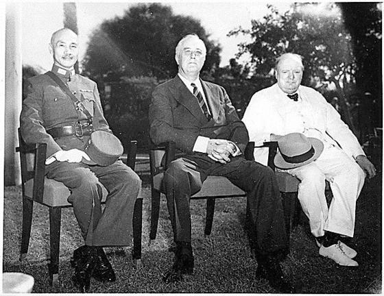 1943년 이집트 카이로 회담에선 '신탁통치 후 한국의 독립'약속이 최초로 명시됐다. 장제스 중화민국 총통, 프랭클린 루스벨트 미국 대통령, 윈스턴 처칠 영국총리(왼쪽부터)는 일본의 무조건 항복때까지 협력해 싸울 것과 전후처리 문제를 논의했다. [중앙포토]