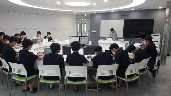 정해진 학점을 따야만 졸업할 수 있는 고교학점제가 2025년부터 전국 고등학교에 도입된다고 17일 교육부가 추진계획을 발표했다. 사진은 서울 한 고교의 수업 모습. [중앙포토]