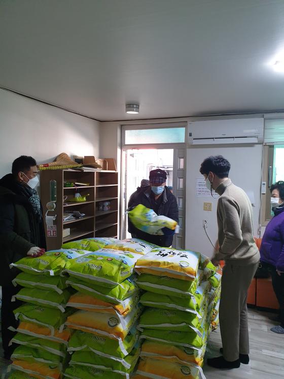 강원 평창군 방림3리 마을 주민들이 마을발전기금으로 구입한 20㎏ 쌀. 이 쌀은 이달 초 방림3리 전 가구에 전달됐다. 사진 독자제공