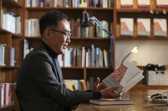 """김영민 교수는 """"언젠가는 『한국정치사상사』를 꼭 쓰고 싶다""""고 말했다. 임현동 기자"""