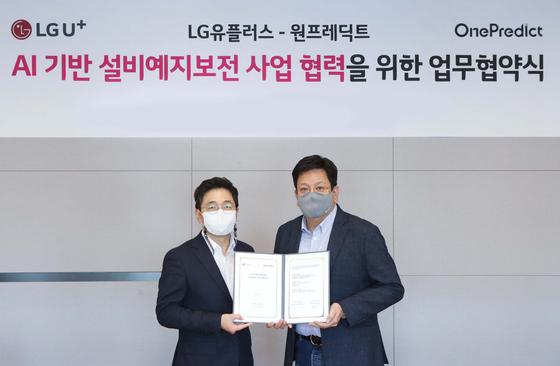 17일 LG유플러스 용산사옥에서 LG유플러스 서재용 상무(오른쪽)와 원프레딕트 윤병동 대표가 업무협약을 체결한 뒤 기념촬영을 하고 있다. LG유플러스 제공