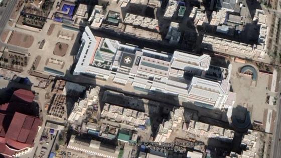 지난해 11월 촬영한 구글어스의 평양종합병원 사진. 공사에 동원했던 장비와 차량이 철수하고, 외벽 색칠과 주변 조경을 마친 것으로 추정된다. [구글어스]