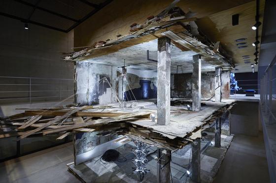 미래의 '리테일(소매업)'을 보여주겠다는 젠틀몬스터의 포부가 담긴 '하우스 도산'의 설치물. 1층과 2층을 뚫어 프레드릭 헤이만의 3차원(3D) 작품을 현실로 가져왔다. 사진 젠틀몬스터