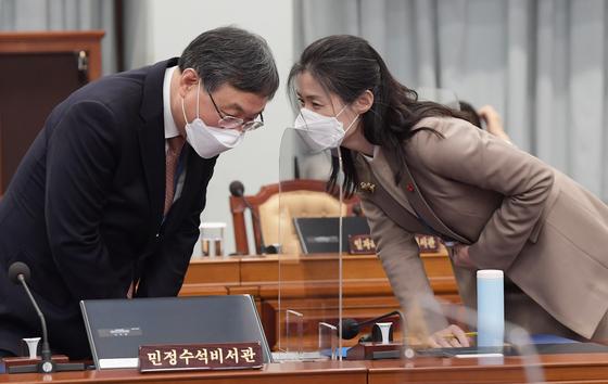 """신현수 청와대 민정수석(왼쪽)과 김외숙 인사수석. 신 수석은 18~19일 휴가를 내고 두차례 반려된 사의에 대해 고민하고 있다. 민주당에선 """"신 수석의 고민이 중계하듯 브리핑된다는 건 그만큼 그를 주저 앉히려는 의도가 있지 않았겠냐""""(한 중진의원)란 말이 나왔다. 청와대사진기자단"""