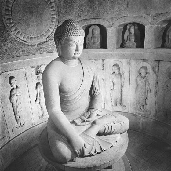 한석홍 작가가 1986년 촬영한 석굴암 본존불과 주실 안의 존상들. [사진 국립문화재연구소]