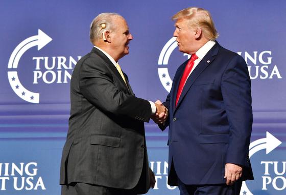 도널드 트럼프(오른쪽) 전 대통령의 절친이자 정치적 동료였던 미국 보수 논객 러시 림보가 별세했다. [AFP=연합뉴스]