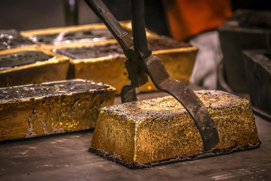 호주 시드니의 한 주조 시설에서 금괴를 만들고 있다. AFP=연합뉴스