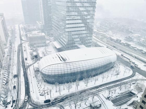 서울 여의도 전경련 회관 일대의 눈 내린 모습. 뉴스1