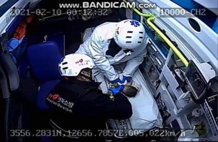 지난 10일 전북 익산소방서 소속 119구급대원 2명이 생후 2주 된 남자아이 입에 산소 호흡기를 끼운 채 심폐 소생술을 하고 있다. 사진은 당시 구급차 내부 CCTV 영상 캡처. [사진 익산소방서]