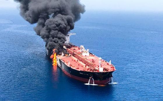 2019년 6월 13일 오만 인근 해역을 지나던 노르웨이 선박이 공격을 받고 불타고 있다. [EPA=연합뉴스]