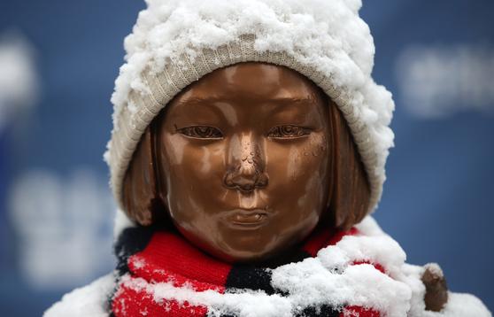 서울 종로구 옛 일본대사관 앞 평화의 소녀상에 흰 눈이 쌓여 있다. [뉴스1]