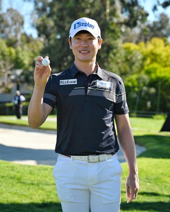 제네시스 인비테이셔널 첫날 16번 홀에서 홀인원한 공을 들고 환하게 웃는 김태훈. [사진 PGA 투어]