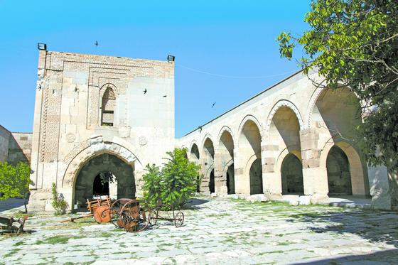 터키 동부 카파도키아 지방의 아크사라이에 남아 있는 카라반사라이 . 1229년 셀주크의 술탄이 건설했다. 넓직한 중정(中庭)과 소형 모스크 등을 갖췄다. 카라반사라이는 옛 실크로드의 길목에 세워졌는데, 장거리 이동에 지친 상인들이 쉬어 가는 곳이었다. [사진 김호동]