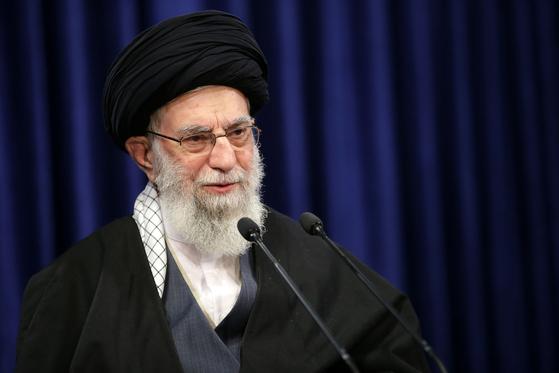 아야톨라 하메네이 이란 최고지도자가 8일 이란 텔레비전 연설에서 미국과 이란 백신의 수입 금지를 명령하고 있다. [AP=연합뉴스]