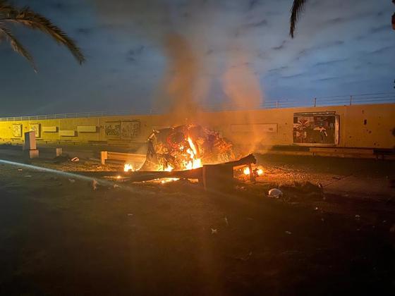 이란 군부 실세 솔레이마니 사령관이 미국의 드론 공격으로 사망했다. 사진은 당시 공격을 받은 차량. [이라크 총리실 제공]
