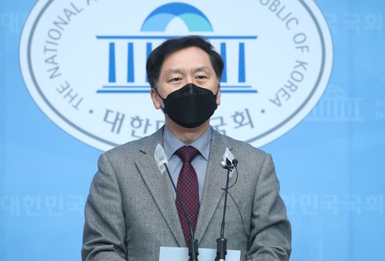 국민의힘 '탄핵거래 진상조사단' 단장인 김기현 의원은 지난 2월 15일 직권남용, 허위 공문서작성 및 행사ㆍ위계에 의한 공무집행방해ㆍ청탁금지법(일명 김영란법) 위반 등 4개 혐의로 김명수 대법원장에 대한 고발장을 제출했다고 밝혔다. 중앙포토