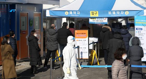 18일 오전 경기 남양주시 남양주보건소 마련된 선별진료소에서 시민들이 신종 코로나바이러스 감염증(코로나19) 진단검사를 받기 위해 줄을 서 기다리고 있다. 뉴스1