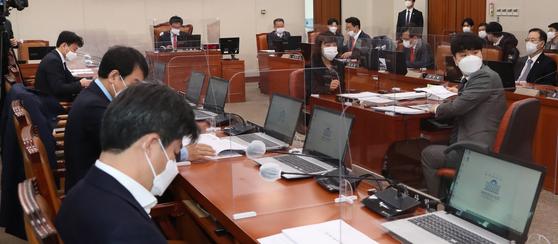 이헌승 국회 국토교통위원회 교통법안심사소위원장이 19일 서울 여의도 국회에서 열린 국토위 법안심사소위를 주재하고 있다. 뉴시스