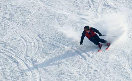 지난 1월4일 강원도 내 한 스키장에서 한 스키어가 슬로프 위를 질주하고 있다. 위 사진은 기사 내용과 관련이 없습니다. [연합뉴스]