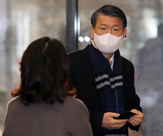 은성수 금융위원장이 산업은행 등 국책은행장들과 회동을 위해 19일 오전 서울 중구 명동 은행회관으로 들어서고 있다. 연합뉴스