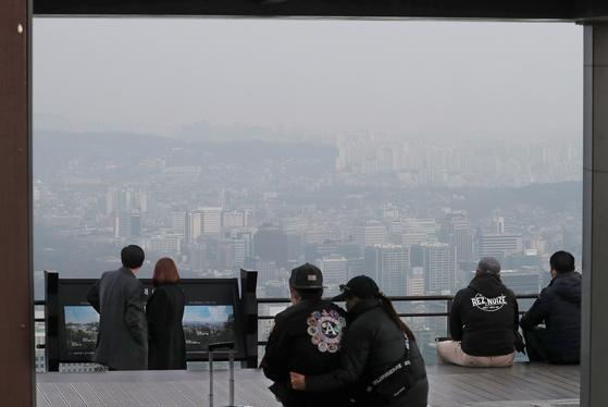 14일 오전 서울 남산에서 시민들이 뿌연 시내를 바라보고 있다. 연합뉴스