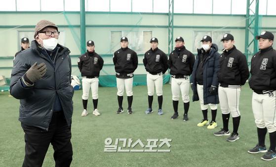 김응용 전 회장이 17일 오후 모교인 개성고 야구부 선수들을 지도하고 있다. 부산=김민규 기자