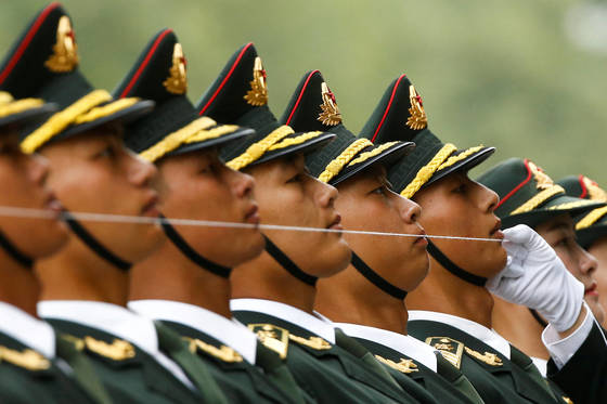 중국군 의장대가 실을 이용해 얼굴 각도를 맞추고 있다. [로이터]