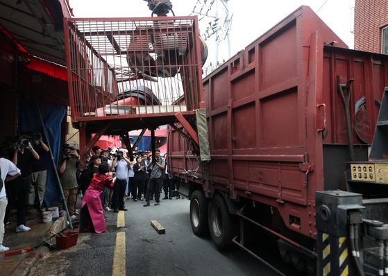 부산 북구 구포시장 내 가축시장(개시장)에서 개들이 갇혀 있던 철장이 철거되고 있다. [연합뉴스]