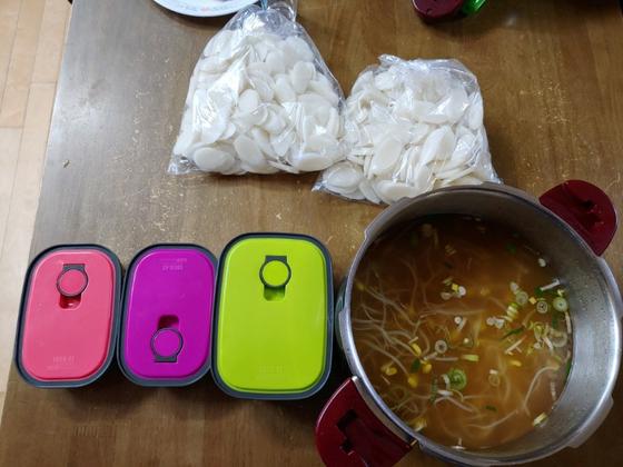 쓰레기 줄이기 100일 실험에 참가한 시민이 콩나물 해장국집에서 주문한 국밥 3인분을 압력솥에 받아온 뒤 인증 사진을 공유했다. [사진 청주새활용시민센터 밴드 캡처]