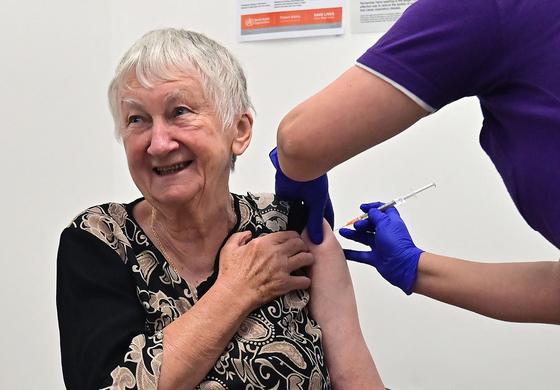 호주는 21일(현지시간)부터 화이자-바이오엔테크 코로나19 백신 접종을 시작했다. 호주 첫 접종자인 제인 말리시아크(84)가 시드니의 한 병원에서 주사를 맞고 있다. [AFP=연합뉴스]