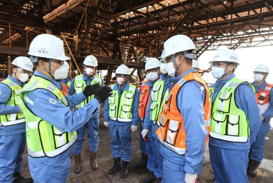 최정우 포스코 회장이 16일 최근 사고가 났던 현장을 확인하고 제철소 직원, 협력사 대표들과 현장 위험요소에 대해 공유하고 개선 사항을 당부하고 있다. [사진 포스코]