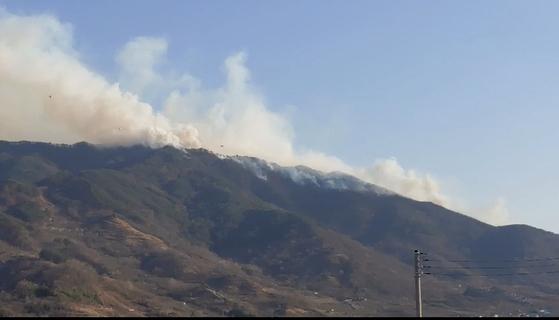 21일 오후 경남 하동군 악양면 미점리 야산에서 불이 나 연기가 퍼지고 있다. 경남소방본부 제공