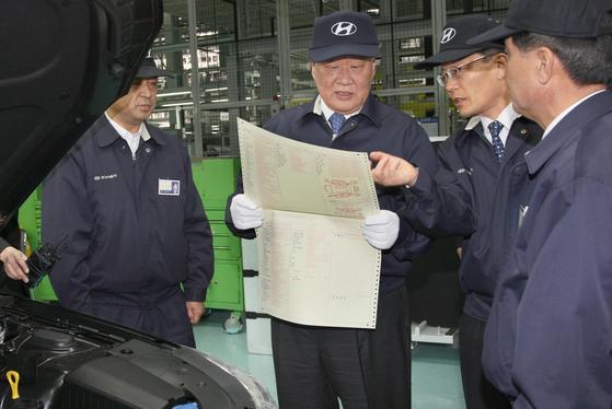 정몽구(왼쪽 둘째) 현대차그룹 명예회장이 신종운(왼쪽 셋째) 전 부회장과 공장 현장 점검을 하고 있다. [사진 현대차]