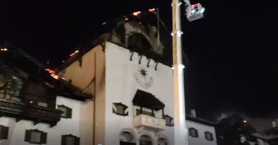 20일 오후 11시 4분쯤 전북 무주군 무주덕유산리조트 내 한 호텔의 5층 옥상 목조 건축물에서 불이 나 3시간 30여 분만에 큰 불길이 잡혔다. 연합뉴스