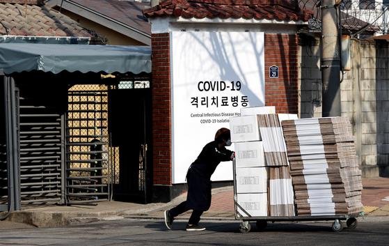 21일 오전 서울 중구 국립중앙의료원에 마련된 중앙예방접종센터에 관계자가 의료 물품을 옮기고 있다.   오는 26일부터 신종 코로나바이러스 감염증(코로나19) 백신 예방접종이 시작될 예정이다. 연합뉴스