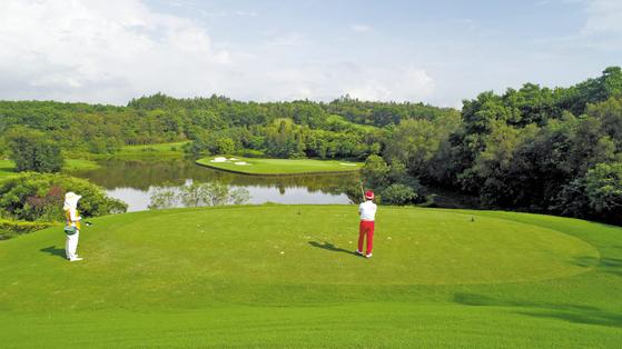 더원골프는 중국 10대 명문 골프장으로 선정된 중국 광저우 '양강도경CC' 무기명회원권을 100구좌 한정으로 출시했다. [사진 더원골프]