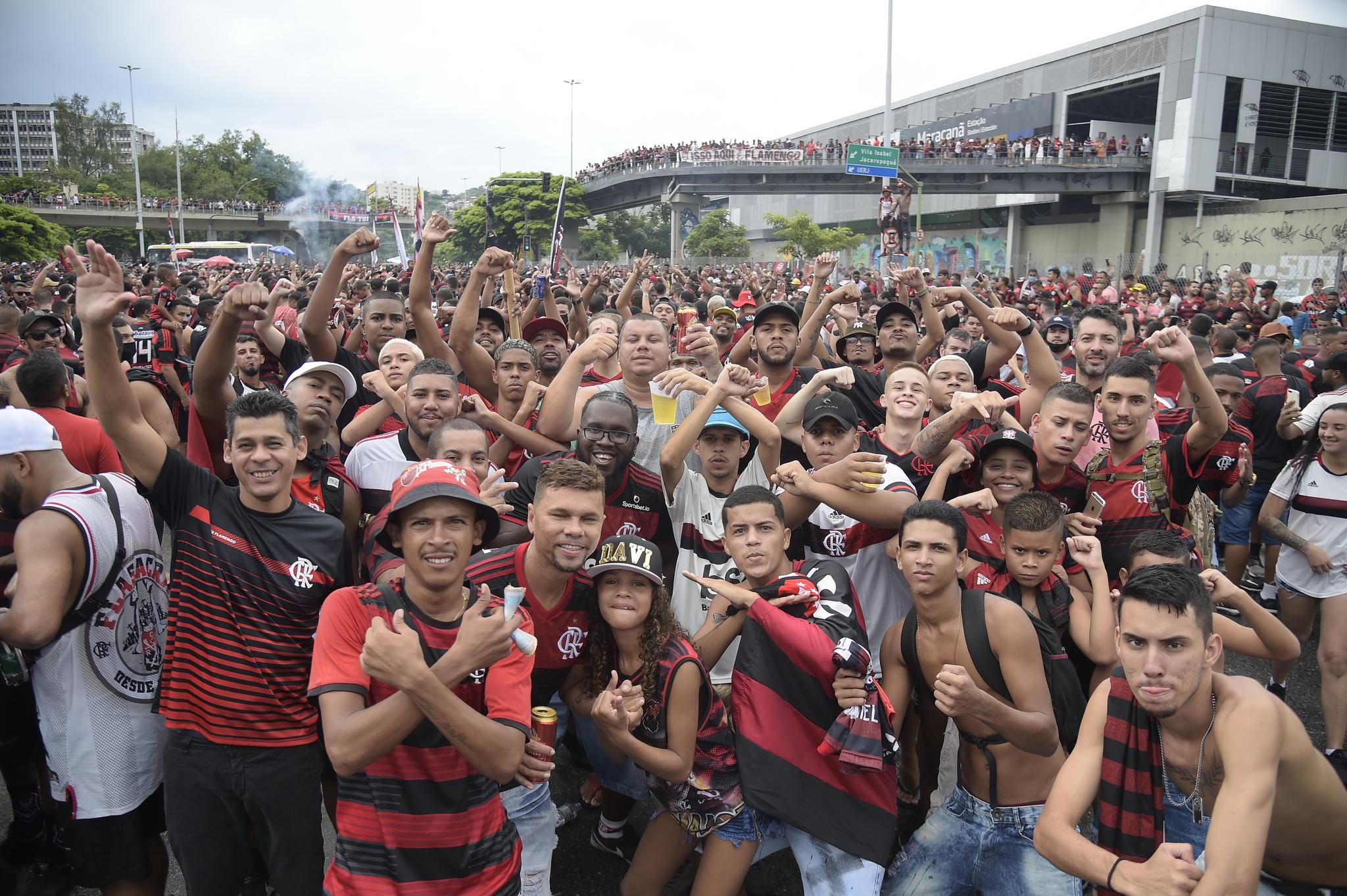 경기장 밖에 운집한 플라멩구 팬들. 이날 현재 브라질은 코로나 19 확진자가 1천만명을 넘어섰지만 축구팬들은 아랑곳하지 않는 모습이다. 로이터=연합뉴스