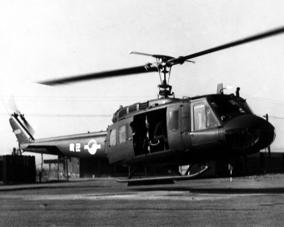 육군은 1968년 12월 처음 도입하기 시작한 UH-1H 헬기를 지난해 7월 모두 퇴역시켰다. 그나마 육군에선 흑백사진 속 추억과 같은 기종으로 남았지만, 해군에선 UH-1H를 초임 조종사들의 기초 비행훈련 헬기로 현재 사용하고 있다. [중앙포토]