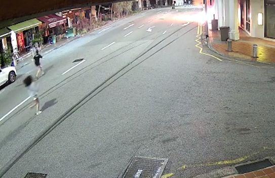 싱가포르의 레이비 오가 약혼자를 구하기 위해 불타는 자동차를 향해 달려가고 있다. 페이스북 캡처