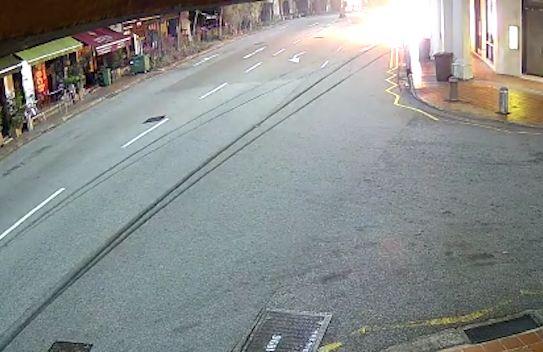 상가에 충돌한 자동차가 몇 초후 폭발을 일으켰다. 페이스북 캡처