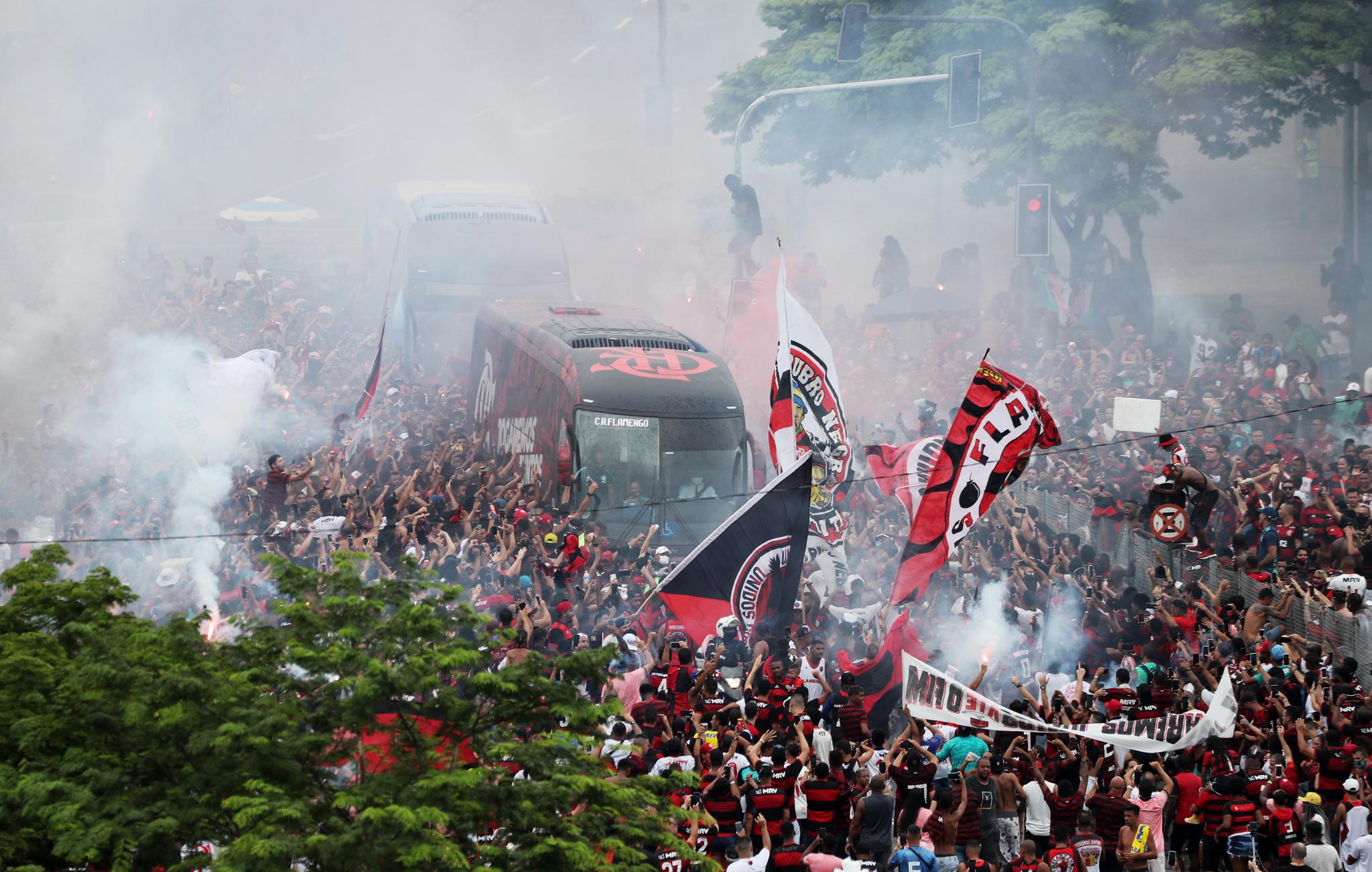21일 브라질 프로축구 플라멩구와 인테르나시오나우의 경기가 발어진 리우데자네이루의 마라카냐 경기장에서 플라멩구의 팬들이 선수들이 탄 버스를 맞이하고 있다. 로이터=연합뉴스