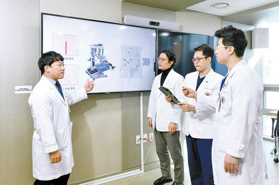 고려대안산병원 장하균·박재영·지웅배·이창민 교수(왼쪽부터)가 암 환자의 효과적인 로봇 수술 방법에 대해 논의하고 있다. 김동하 객원기자