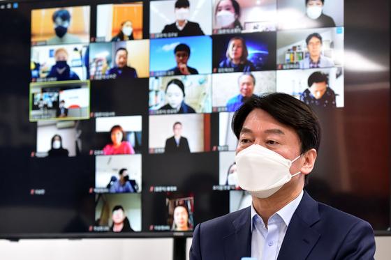 서울시장 보궐선거에 출마하는 안철수 국민의당 대표가 22일 여의도 인근에서 당원이 직접 검증하는 '후보자 온라인 청문회'에 참석해 질의를 받고 있다. 오종택 기자