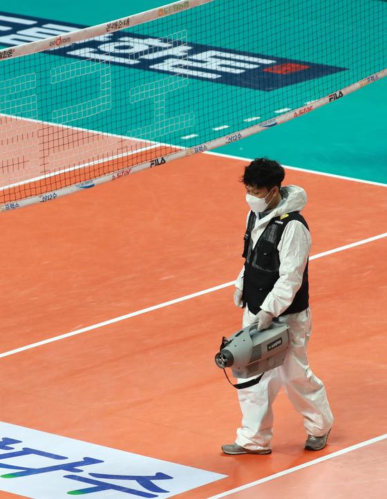 14일 오후 서울 중구 장충체육관에서 열린 프로배구 여자부 경기가 끝난 뒤 방역업체 직원이 신종 코로나바이러스 감염증(코로나19) 확산 예방을 위해 방역작업을 하고 있다. [뉴스1]