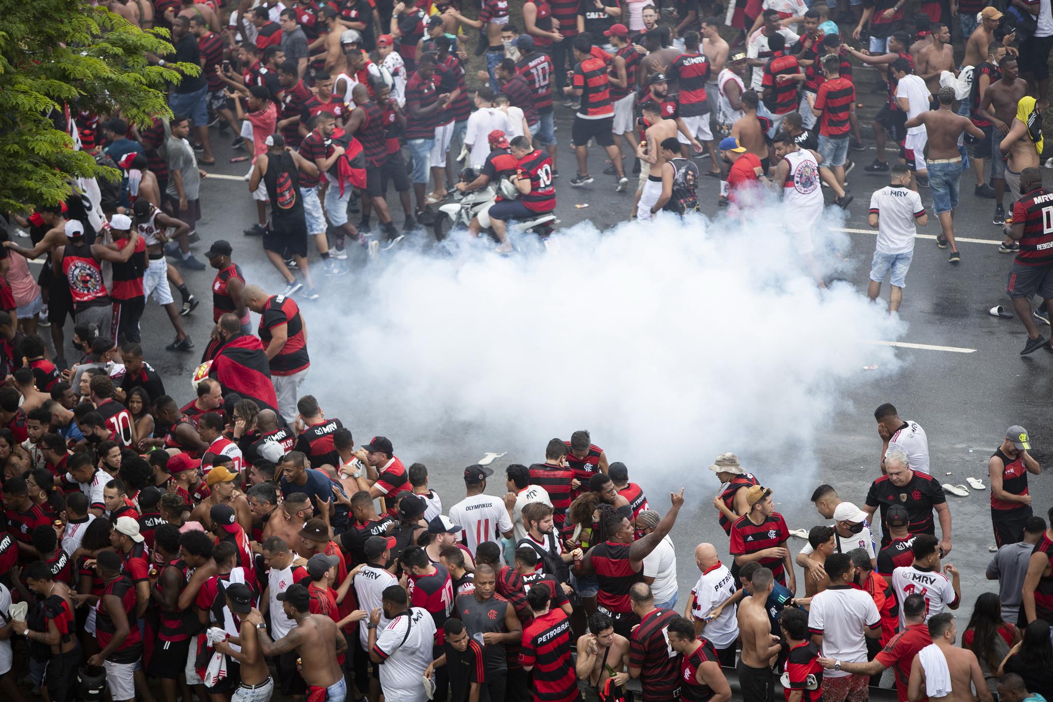 결국 축구팬은 경찰과 충돌까지 했다. 플라멩구 팬들이 경찰이 쏜 최루탄에 흩어지고 있다. AP=연합뉴스