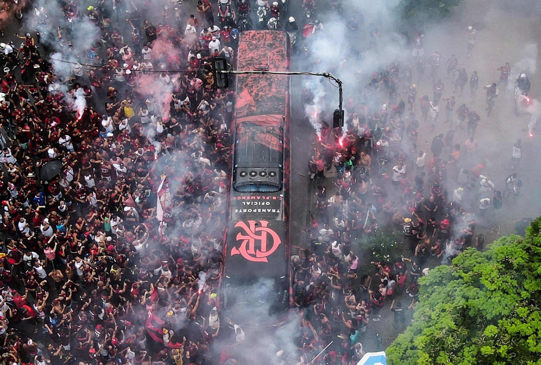 플라멩구의 팬들이 경기장 밖에서 선수들을 맞이하고 있다. EPA=연합뉴스