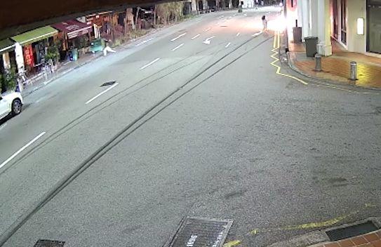 싱가포르의 레이비 오가 약혼자를 구하기 위해 불타는 자동차로 뛰어들고 있다. 페이스북 캡처