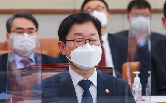 박범계 법무부 장관이 지난 18일 오전 국회에서 열린 법제사법위원회 전체회의에서 생각에 잠겨있다. 뉴스1